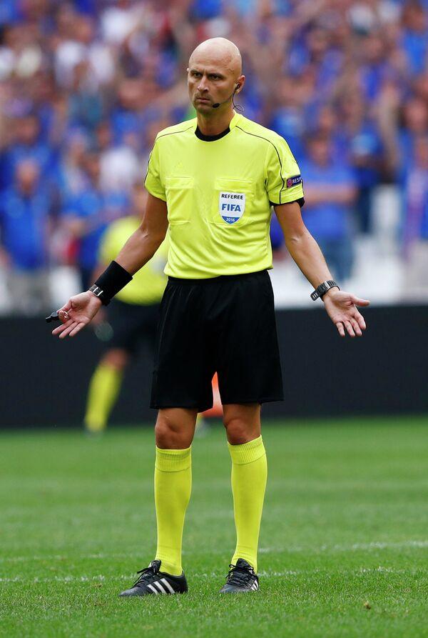Главный судья матча группового этапа чемпионата Европы по футболу - 2016 Исландия - Венгрия Сергей Карасев