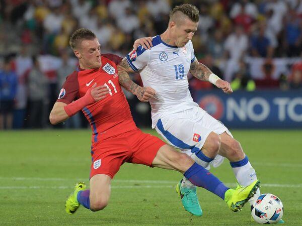 Нападающий сборной Англии Джейми Варди и игрок полузащитник Словакии Юрай Куцка (справа)
