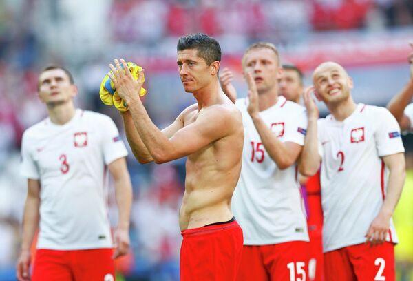 Футболисты сборной Польши во главе с Робертом Левандовским (в центре)