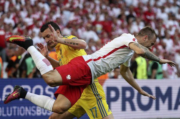 Защитник сборной Украины Артем Федецкий (слева) и полузащитник сборной Польши Камил Гросицкий