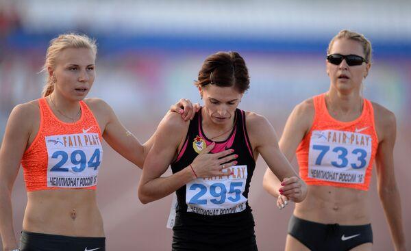 Участницы соревнований в беге на 800 метров среди женщин Екатерина Реньжина, Антонина Кривошапка (1 место) и Ксения Аксенова (слева направо)