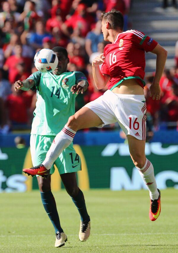 Защитник сборной Португалии Виллиам де Карвалью (слева) и полузащитник сборной Венгрии Адам Пинтер
