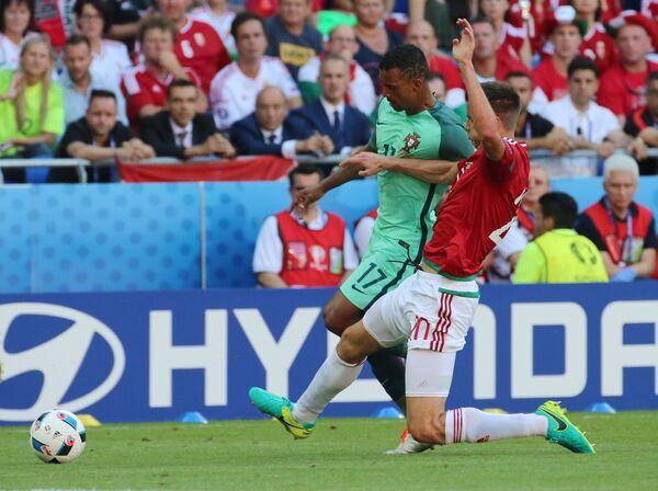 Защитник сборной Венгрии Рихард Гузмич (на первом плане) и полузащитник сборной Португалии Нани