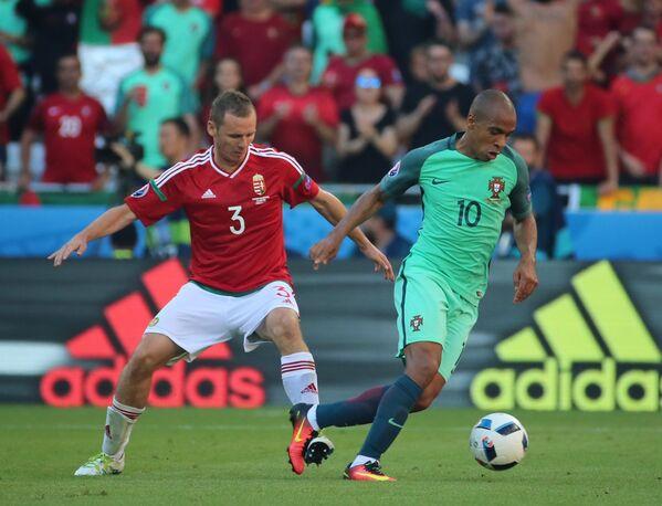 Защитник сборной Венгрии Михай Корхут (слева) и полузащитник сборной Португалии Жоау Мариу