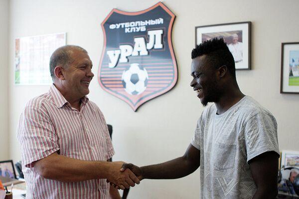 Жан-Жак Бугуи (справа) во время подписания контракта с ФК Урал