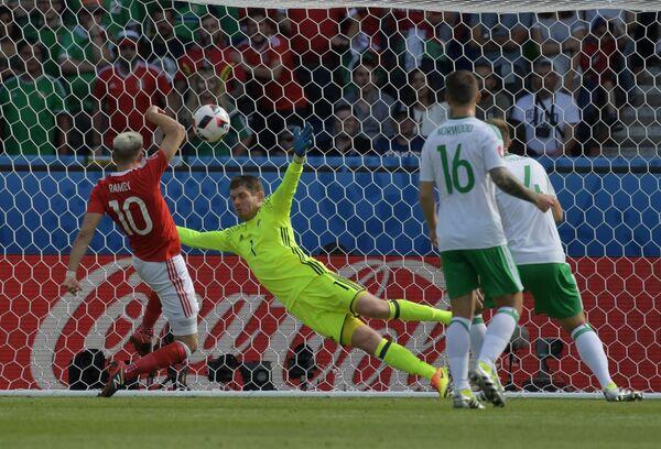 Игровой момент матча 1/8 финала чемпионата Европы по футболу - 2016 Уэльс - Северная Ирландия