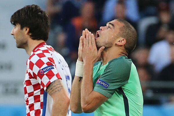 Защитник сборной Португалии Пепе (справа) и защитник сборной Хорватии Ведран Чорлука