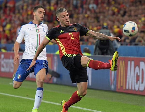 Игрок сборной Бельгии Тоби Алдервейрелд (на первом плане) и игрок сборной Италии Маттия Де Шильо