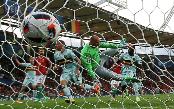 Игровой момент матча 1/8 финала чемпионата Европы по футболу Венгрия - Бельгия