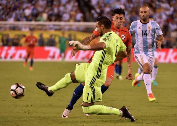 Вратарь сборной Аргентины Серхио Ромеро (на первом плане)