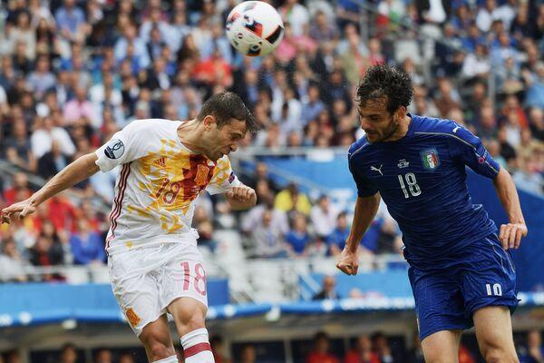 Защитник сборной Испании Жорди Альба (слева) и полузащитник сборной Италии Марко Пароло