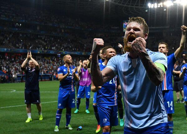 Полузащитник сборной Исландии Арон Гуннарссон (справа) и игроки команды