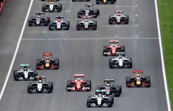 Гонщики на дистанции девятого этапа чемпионата Формулы-1 Гран-при Австрии