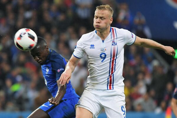Форвард сборной Исландии Колбейнн Сигторссон (справа) и полузащитник сборной Франции Блез Матюиди