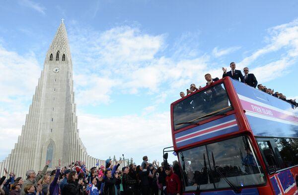 Исландские болельщики встречают футболистов сборной страны в Рейкьявике