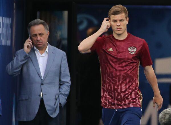 Форвард сборной России Александр Кокорин (справа) и министр спорта Виталий Мутко