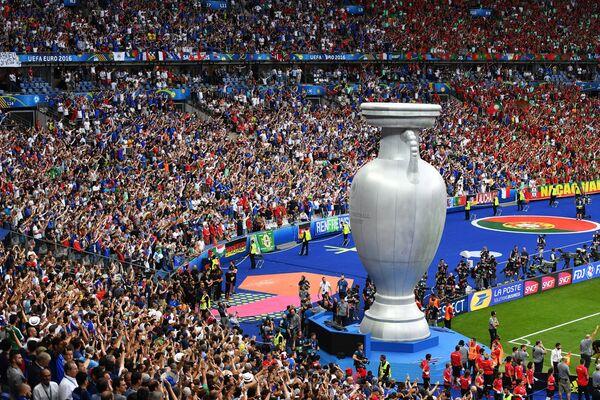 Муляж кубка чемпионата Европы по футболу - 2016