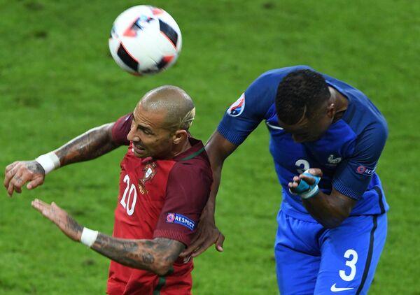 Полузащитник сборной Португалии Рикарду Куарежма (слева) и защитник сборной Франции Патрис Эвра