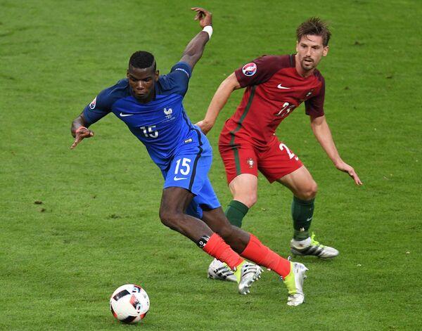 Полузащитник сборной Франции Поль Погба (слева) и полузащитник сборной Португалии Адриен Силва
