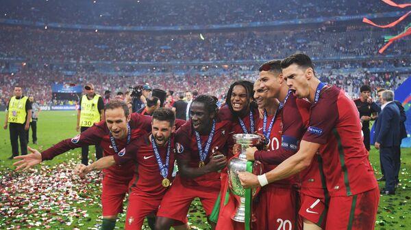 Футболисты сборной Португалии Жозе Фонте, Криштиану Роналду, Рикарду Куарежма, Ренату Саншеш, Эдер, Жоау Моутинью и Рикарду Карвалью (справа налево)