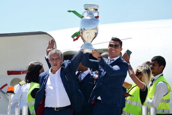 Главный тренер сборной Португалии Фернанду Сантуш и Криштиану Роналду (слева направо)