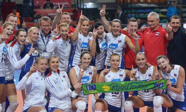 Волейболистки и тренеры сборной России радуются победе
