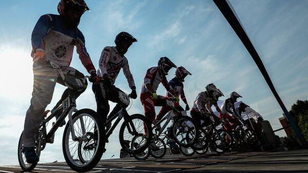 Спортсмены на старте заезда на чемпионате России по велоспорту BMX в Москве