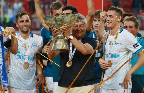 Главный тренер Зенита Мирча Луческу (в центре)