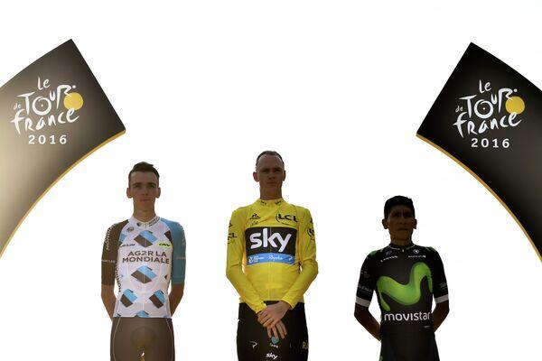 Роман Барде, Крис Фрум и Наиро Кинтана (слева направо) на подиуме после заключительного этапа Тур де Франс